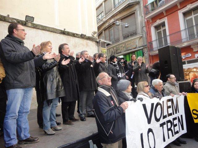 Manifestantes Piden El Mantenimiento De Frecuencias Entre Lleida Y La Pobla