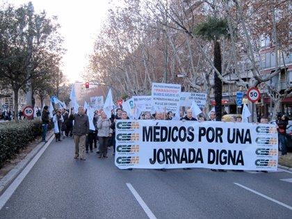 Cerca de medio millar de médicos de CyL se manifiestan en Valladolid contra las medidas de ajuste de la Junta