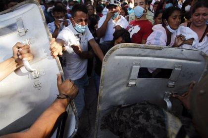 Familias de los presos muertos en Honduras irrumpen en la morgue