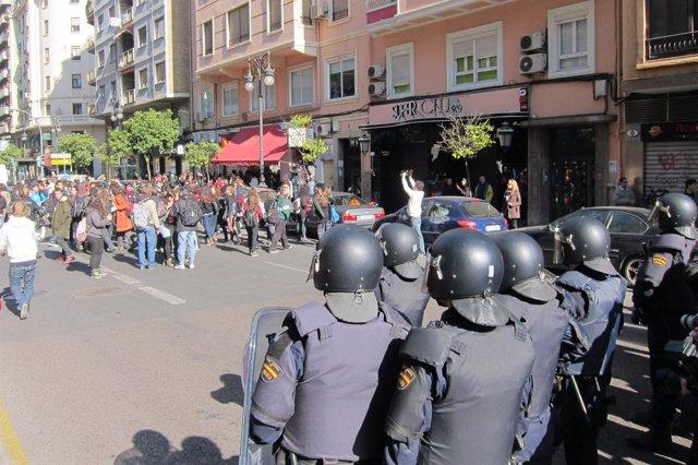 Los Estudiantes Se Dirigen Hacia Plaza España Frente Al Cordón Policial