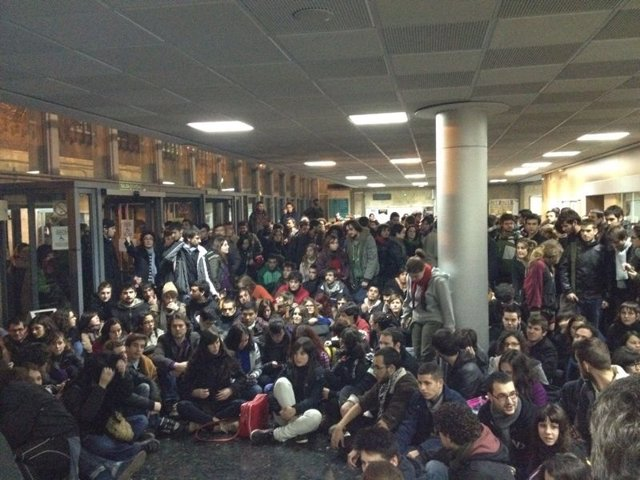 Reunión De Estudiantes En Facultad De Historia Tras Los Incidentes En Valencia