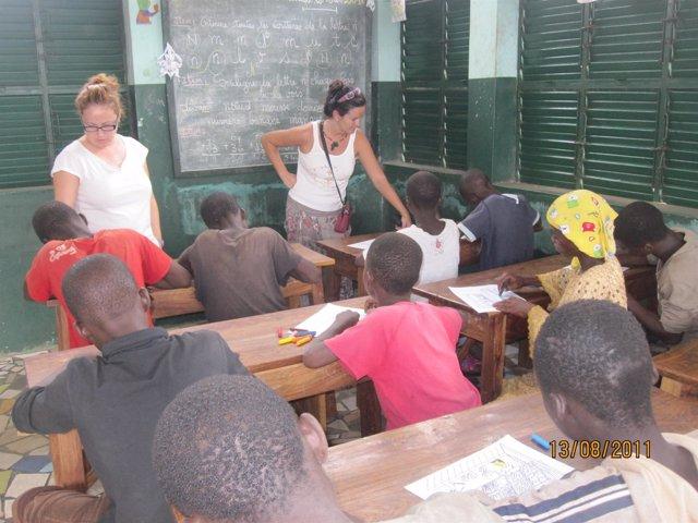 Voluntarias Ayudan En La Alfabetización De Niños De África