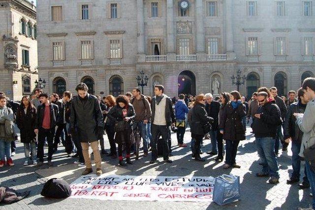 Concentración De Jóvenes En Barcelona En Solidaridad Con Estudiantes Valencianos