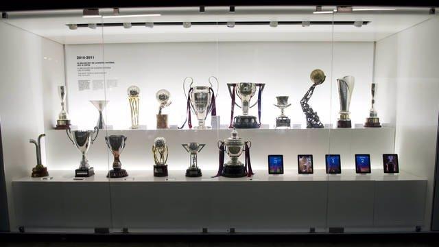 Vitrina Del Museo FC Barcelona Con Los 16 Títulos De 2011