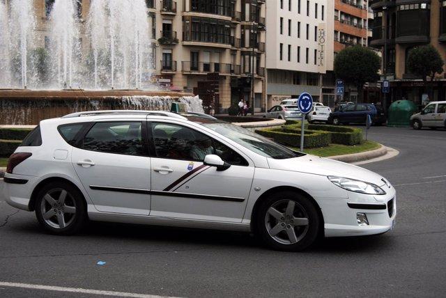 Un Taxi Circula Por Logroño