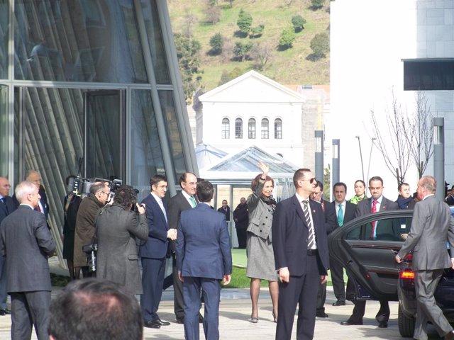 La Reina Sofía Saluda A La Multitud
