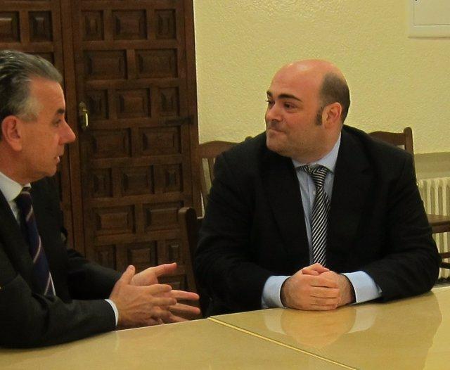 Caunedo (Derecha) Conversa Con El Presidente De La Cocina Económica, Jaime Rojo.