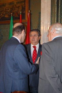 El Alcalde Departe Con Los Líderes Del Sector Del Comercio.