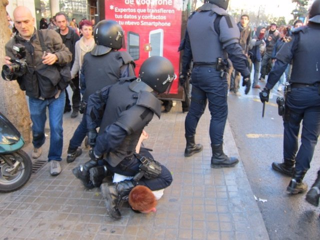 Un Policía Retiene A Un Joven Que Protestaba Frente Al Lluís Vives