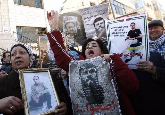 Manifestantes Con Imágenes Del Preso Palestino Jader Adnan