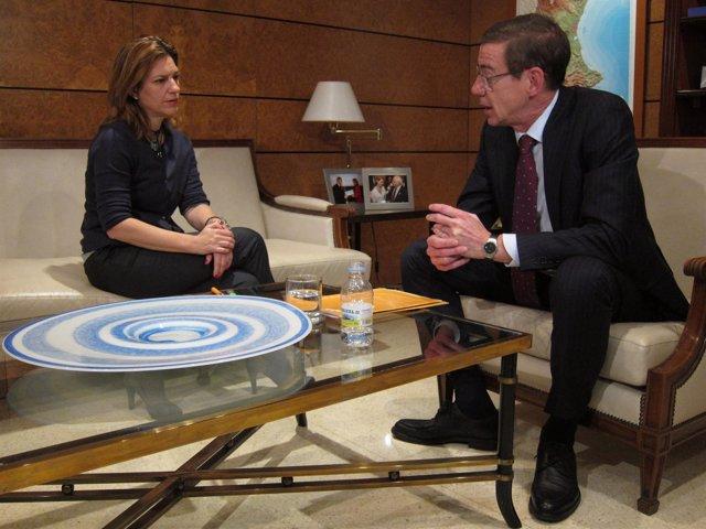 Antonio Clemente Conversa Con La Delegada Del Gobierno, Paula Sánchez De León.