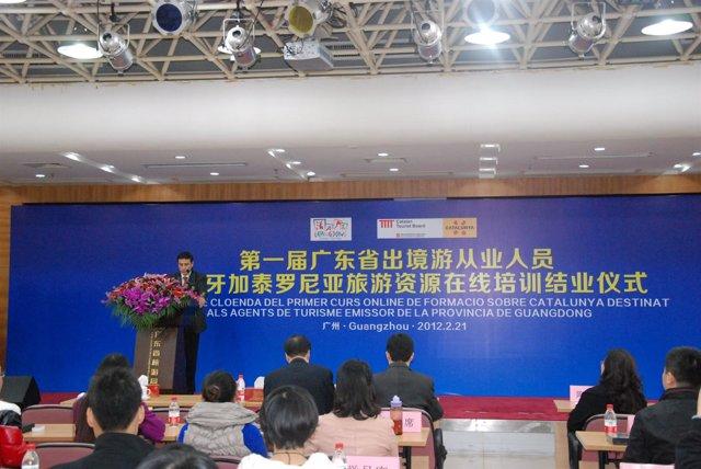 El Director De La ACT X.Espasa Entrega Diplomas A Agentes De Viajes Chinos