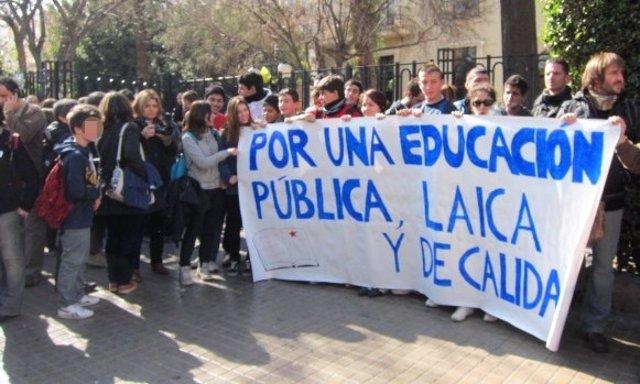 Concentración De Estudiantes Ante El IES Lluís Vives