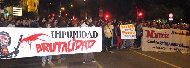 Manifestantes En Murcia Cortando La Avenida Teniente Flomesta