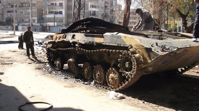 Vehículo Blindado Del Ejército Sirio Destruido En La Ciudad De Homs