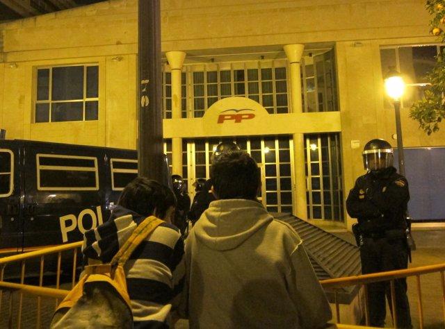 Dos Jóvenes Manifestantes Ante La Sede Del PP En Valencia