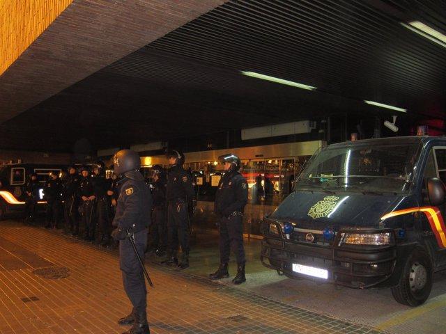 Policías Custodian La Puerta De Delegación De Gobierno