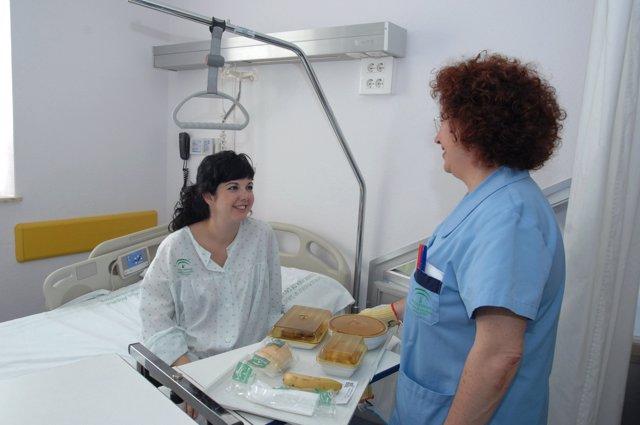 Una Enfermera Entrega La Comida A Una Paciente En El Reina Sofía De Córdoba