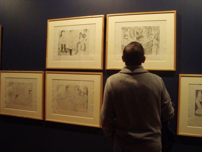Un Hombre Contempla Obras De La Exposición De Picasso