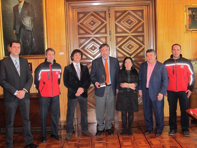 Belloch Con El Premio De Bomberos Sin Fronteras