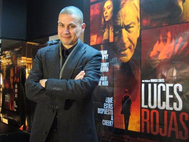 Rodrigo Cortes Delante Del Cartel Anunciador De Su Nueva Película