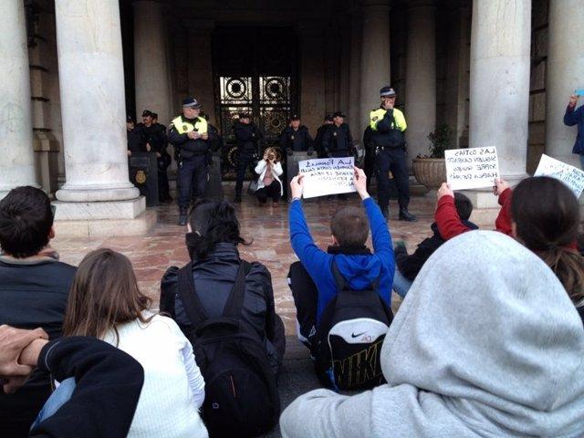 Estudiantes Protestan Frente Al Ayuntamiento De Valencia