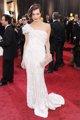 Mila Jovovich posando sobre la alfombra roja de lo