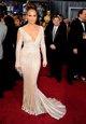 Jennifer Lopez posando sobre la alfombra roja de l