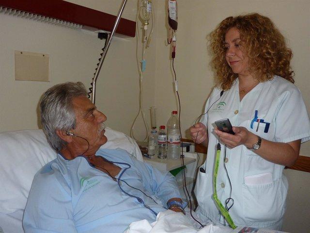 Un Efermo Con Un Diagnóstico Traducido En Hospital Juan Ramón Jiménez En Huelva.