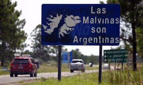 Cartel De Las Malvinas Son Argentinas En Una Calle De Argentina