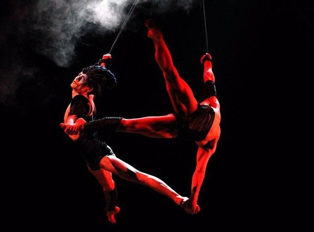 Dos Trapecistas Del Circo Del Sol