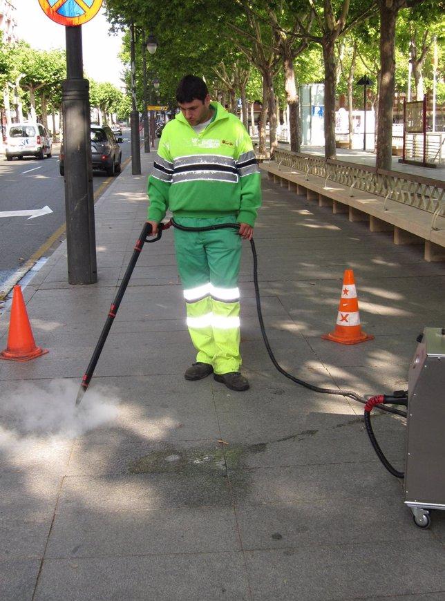Un Empleado Del Servicio De Limpieza De Logroño