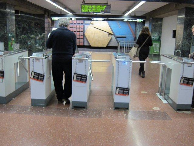 Gente Entrando En El Metro De Barcelona