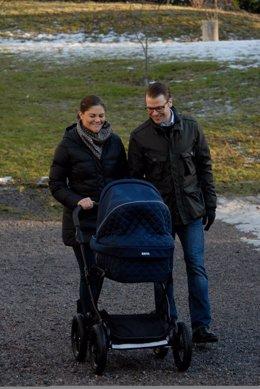 Victoria Y Daniel De Suecia Dando El Primer Paseo Con Su Hija Estelle