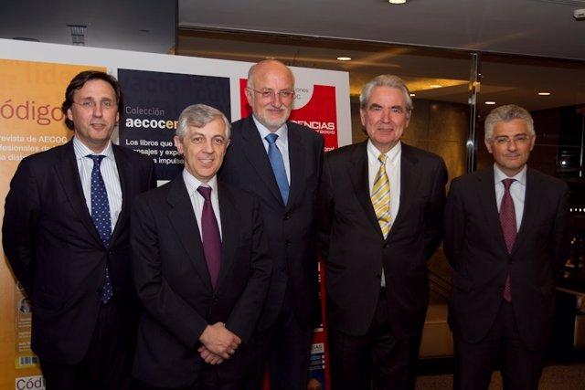 El presidente de Aecoc, Francisco Javier Campo, entre Tomás Pascual y Juan Roig