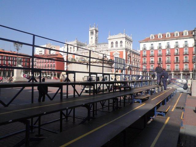 Instalación De Las Gradas De Semana Santa En La Plaza Mayor De Valladolid