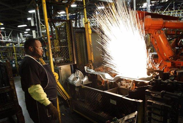 Un Trabajador Del Complejo Industrial De General Motors En Arlington