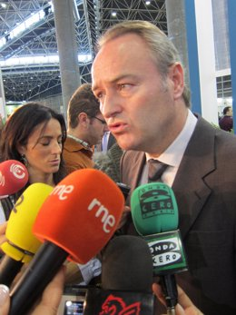 El Presidente De La Generalitat, Alberto Fabra, Atiende A Los Periodistas.