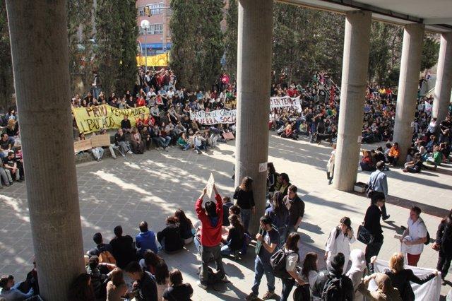 Manifestación En Girona Durante La Huelga Universitaria Contra Los Recortes