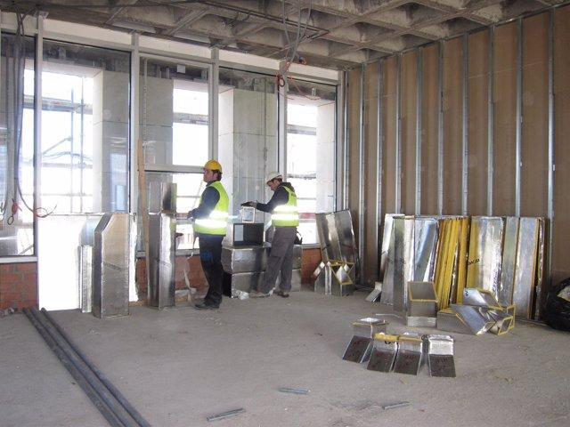 Obreros En Nuevo Edificio De Audiencia Provincial De Zaragoza. Construcción