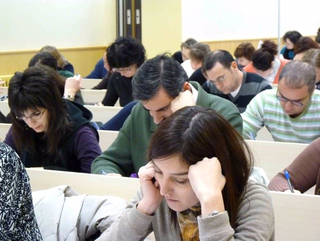 Opositores haciendo en Examen.