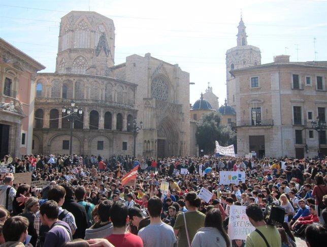 Miles De Estudiantes Colapsan La Plaza De La Virgen De Valencia