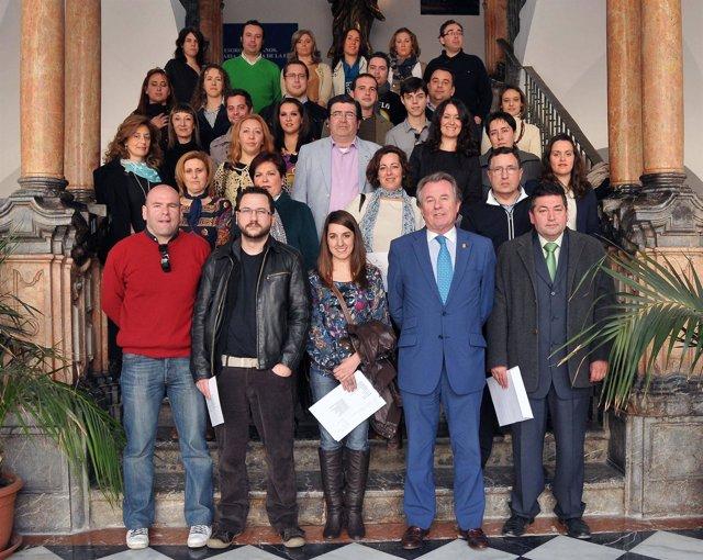 Gutiérrez (Con Traje Azul) Junto A Los Alumnos