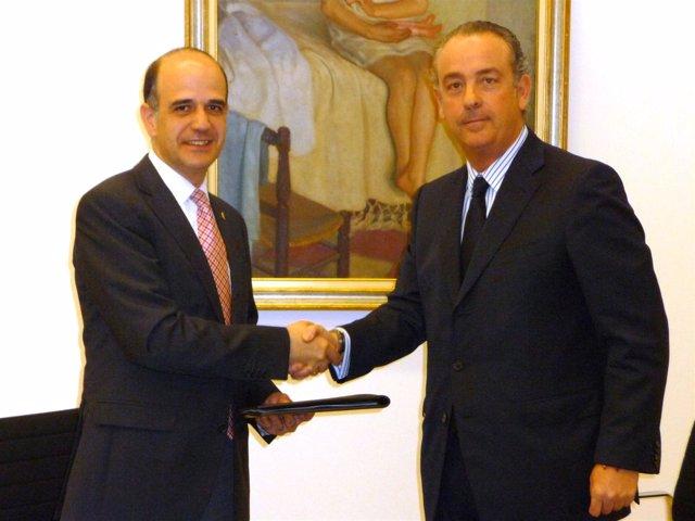 Alberto Catalán Y Josu Álvarez En La Firma Del Contrato.