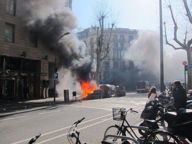 Contenedor Ardiendo Tras La Manifestación De Estudiantes