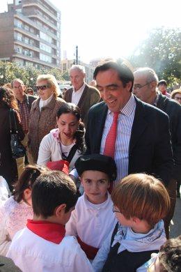 Calderón Con Los Niños Marceros Del Colegio Menéndez Pelayo