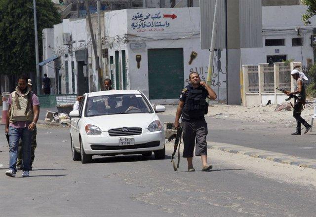 Milicianos Libios Controlando El Tráfico En Trípoli