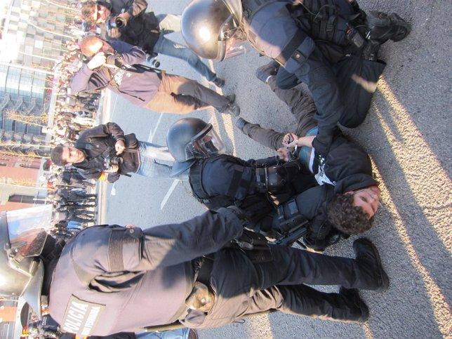 Un Detenido En La Protesta Contra Los Recortes Universitarios En Plaza Espanya