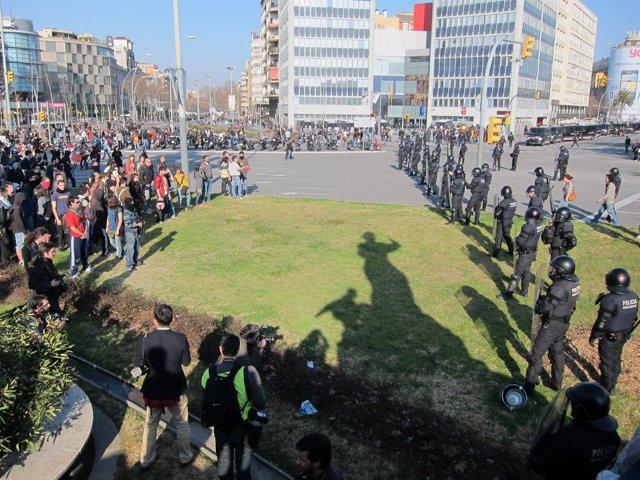 Cordón Policial Ante Manifestantes Universitarios En Plaza Espanya