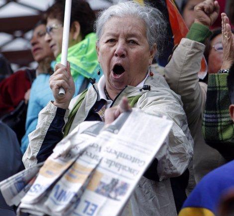 Una Mujer Muestra Un Ejemplar Del Periodico El Universo En Ecuador